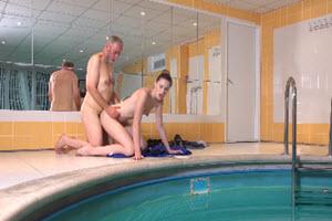 Sexo en la piscina con su tío