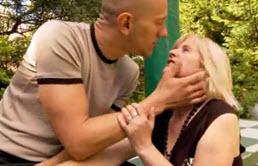Madre e hijo tienen sexo en el parque