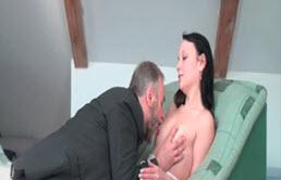 Paga con sexo a su padre