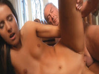 Su abuelo saborea su coño afeitado