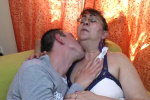 Su hijo la penetra en varias posiciones