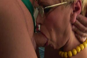 Mamada y fetiche de pis con su madre