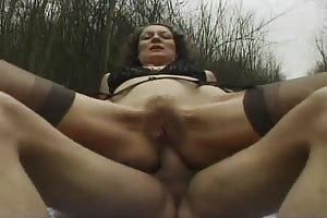 Sexo anal al aire libre con su primo