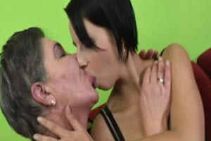 Mira porno con la abuela