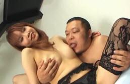 Japonesa en ropa interior negra follada en cuatro patas por su primo