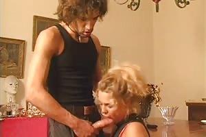Rubia seduce a su primo sexy
