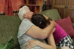 Abuela y nieta lamen sus coños