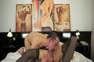 Mamá caliente en ropa interior sexy follando con su hijo