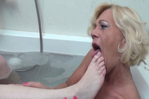 Placer entre madre e hija en la tina de baño