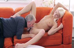 Folla con su abuelo en el sofá