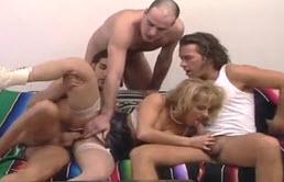 Cuarteto familiar con una puta rubia