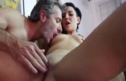 Sexo con su padre para recuperar su teléfono