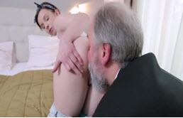 Demuestra su sensualidad a su abuelo