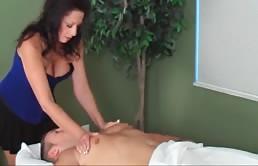 Margo Sullivan da masaje a su hijo y luego folla con él