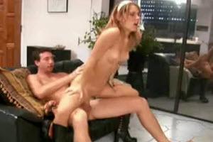 Consuman su incesto en el sofá