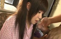 Puta japonesa dando mamada a su primo