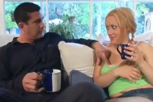 Hombre musculoso tatuado folla a su cuñada en el sofá