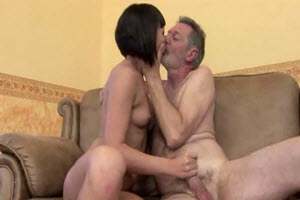 Nieta asiática folla con su abuelo