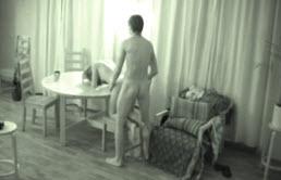 En la sala de estar se consuma el incesto
