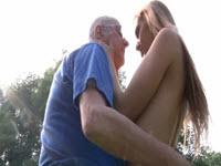 Los dedos de su abuelo masturban su coño