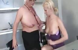 Madre e hija se dan placer