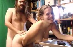 Rubia muestra una rica masturbación a su hermano que la graba