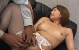 Toqueteo de pezones para esta asiática de parte de su primo