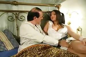 Padre pervertido tiene sexo con su hija como medicina