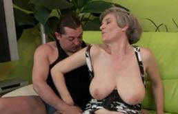 Abuela tetona follando con su nieto
