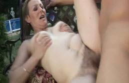 Madre de pelo corto da una buena mamada a su hijo