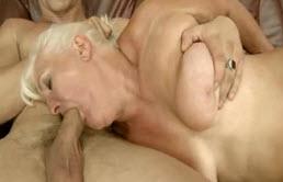 Abuela rubia folla con su nieto calvo