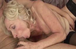 Madre e hijo follan en el sofá