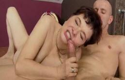Sexo oral madre e hijo en la ducha