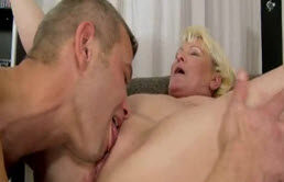 Esta rubia madura quiere sexo con su hijo