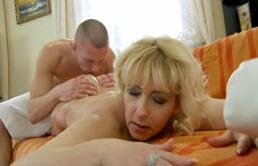 Masaje del hijo a la madre en el sofá