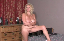 Desnuda frente a su hijo