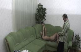 Cuñados tienen sexo en la sala de estar