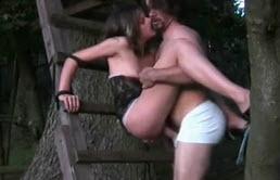 Morena atada a un árbol recibe una lamida de coño por su cuñado