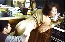 Folla a su madre en la cocina