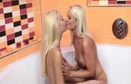 Dos hermanas en un jacuzzi