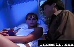Madura pervertido disfruta del coño de su hija