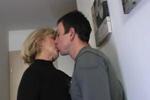 Le da una mamada suave a su hijo