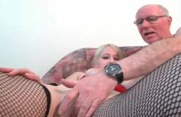 Quiere sexo con su abuelo