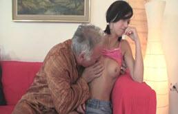 El abuelo folla con su novia