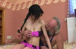 Nieta sexy con medias de red y un abuelo cachondo