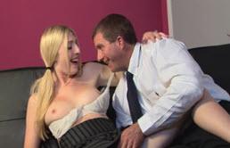 Rubia sexy follada por su padre