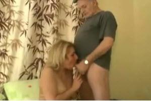 Abueloo le come el coño a su nieta