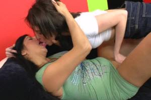 Sexo oral madre e hija en el sofá