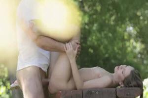 Hermanos calientes tienen sexo al aire libre