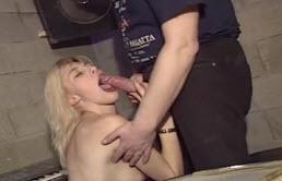 Baterista cachondo recibe mamada de su prima